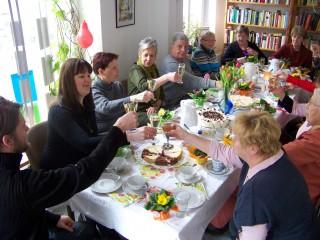 Bildinhalt: Fröhliche Frauentagsfeier in der Georg-Schwarz-Straße  | Gemeinsames Anstoßen auf den Frauentag im Stadtteilladen Leutzsch / Foto: Enrico Engelhardt