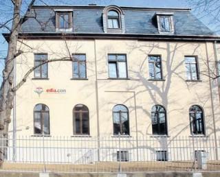 Bildinhalt: Zurück zu den Wurzeln | In der Erich-Zeigner-Allee 9 hat die Klinikgruppe Ediacon ihr Logo an der Fassade./Foto: A. Kempner