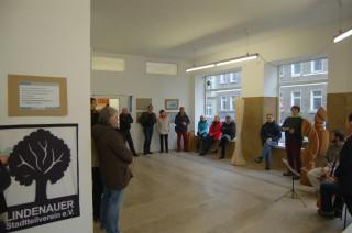 Bildinhalt: Ausstellungen in der Galerie artescena locken rund 70 BesucherInnen an | Interessierte BesucherInnen bei der Vernissage zur Georg-Schwarz-Straße / Foto: Enrico Engelhardt