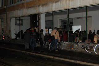 Bildinhalt: Über 500 BesucherInnen beim Buchmessetag in der Georg-Schwarz-Straße | Großer Andrang zur Lesung in der ArchitekturApotheke (GSS 7) / Foto: Enrico Engelhardt