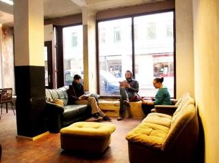 Bildinhalt: Selber-Lernen im Leipziger Westen: Autodidaktische Initiative eröffnet am 12. April ihre Räume   Das Plauder-Café der Autodidaktischen Initiative. / Foto: ADI
