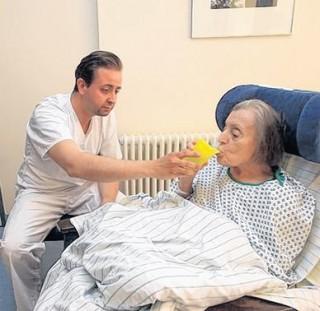 Bildinhalt: Politiker wechseln Perspektive  | Sebastian Gemkow war im Diakonissenkrankenhaus und half der 83-jährigen Frau Krüger / Foto A.Kempner