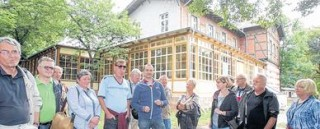Bildinhalt: Villa Hasenholz mausert sich | Toralf Zinner (Mitte, mit blauer Jacke) führte um und in die Villa. / Foto: André Kempner