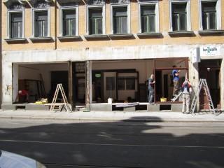 Bildinhalt: Wiedereröffnung der Materialsammlung krimZkrams, am 21. 08. 2014 in der Georg-Schwarz-Str. 7 | Die GSS 7 bekommt neue Schaufenster / Foto: Daniela Nuß