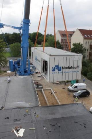Bildinhalt: Diakonissenkrankenhaus stockt auf | Ein OP-Modulraum wird angeliefert / Foto: Ev. Diakonissenkrankenhaus Leipzig