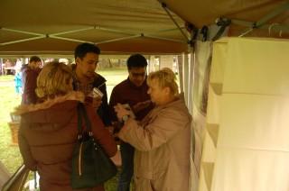 Zick-Zack auf der Georg-Schwarz-Straße: Stadterkundungsprojekt mit Flüchtlingen gestartet | Marlies Fikus informiert über Leutzscher Angebote / Foto: Enrico Engelhardt