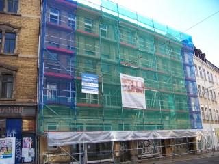 Bildinhalt: Fassadensanierung an der Georg-Schwarz-Straße 11 beginnt | Das straßenseitige Gerüst an der Georg-Schwarz-Straße 11 / Foto: Enrico Engelhardt
