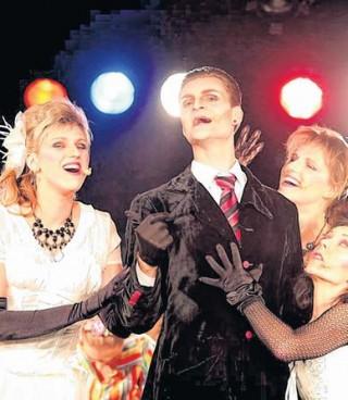 Musikalische Sketchparade  | Dracula (Mikro Böttger), umschwärmt von Frauen. / Foto: André Kempner