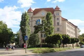 Im ehem. Friesenkrankenhaus leben ab 2016 Geflüchtete -  Keine Notunterbringung in Uhlandschule |