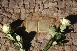 Zwei Stolpersteine für Dora und Michael Kohs vor der Uhlandstr. 8 verlegt |