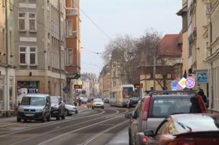 Wiederholter Straßenbahnstau in der Georg-Schwarz-Straße wegen falsch geparkter Autos |