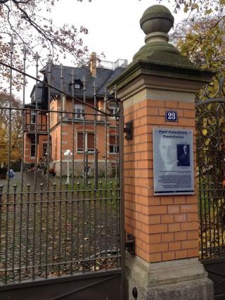 Bildinhalt: Erinnerung an Carl Gordeler durch Stadtspaziergang | Villa Goerdeler mit Tafel