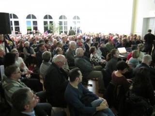 Zur Informationsveranstaltung zum Bauvorhaben Georg-Schwarz-Straße | prall gefüllte Aula zum Infoabend