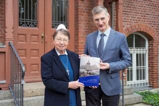 Bildinhalt: Festschrift 125 Jahre Diako erschienen | Diakonisse M. Wermuth + Rektor Dr. Kühne mit Festschrift, Foto: K. Zimmermann