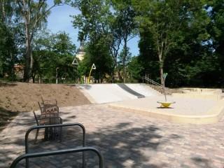 Bildinhalt: Eröffnung Spielplatz Am Wasserschloss wegen Vandalismus verschoben |