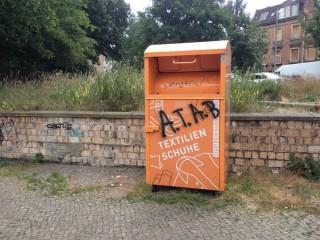 Bildinhalt: Aktiv gegen Müllablagerungen rund um Kleidercontainer  |
