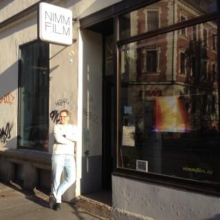 NIMM FILM in der Georg-Schwarz-Straße vorgestellt | Andreas Thurm vor dem NIMM FILM-Laden
