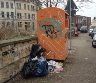 Bildinhalt: Verlottertes Leutzsch | Sperrmüll neben dem Kleidercontainer auf dem William-Zipperer-Platz