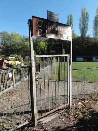 Bildinhalt: Weg durch KGV Dahlie - Stand   vorerst verschlossenes Tor der Dahlie