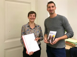 Abgabe der Petition zur Wiedereröffnung der Schlippe am KGV Dahlie in Leutzsch | Frau Gerlind Schubert übergibt die Petition an Herrn Schurig vom Petitionsausschuss
