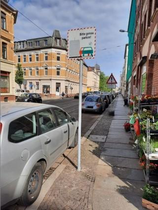 Bildinhalt: Genau- Parken- Schilder entlang der Georg- Schwarz- Straße aufgestellt |